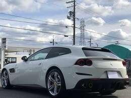 言わずと知れた高級車【フェラーリ GTC4 Lusso】入荷です。メーカーオプション多数取付け!そしてメーカー7年保証付き!メンテナンスも無償で受けられます。この世に1台限りのお車です☆