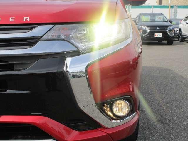 夜間走行時、明るく点灯純正LEDヘッドライトです。