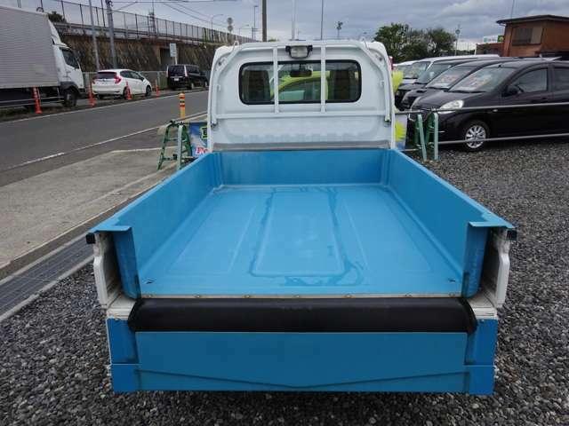 荷台が桶のように加工されています、荷台四隅に排水できるようにホースが繋がっています。