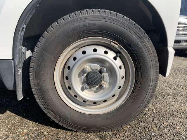 タイヤはノーマルタイヤをはいており、タイヤサイズは145/80R12、タイヤ山はおおよそ各7分山程度と割と残っている印象を受けました。 試乗して下さい! 乗ってみて下さい! ついでに買っちゃって下さい