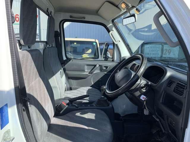 内装は軽トラの中古車ですので全体的にうす汚れ擦れ使用感があります。 ハンドルやシフトノブなどに擦れはありますがあまり気にならず、運転席に若干のへたりや破れがあり、破れは10cm25cm位で目につきます