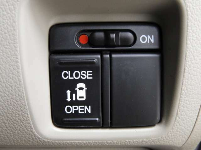 【パワースライドドア】左側がパワースライドドアになっており、運転席のスイッチやスマートキーでも開閉が可能です!開口部も広いので乗り降りも楽々♪