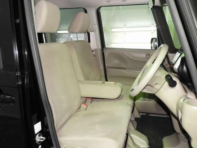 【前席】インテリアカラーも落ち着いたお色です♪アームレストも付いて、リラックスした姿勢で運転していただけます♪