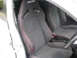 運転席シートレールをローポジションシートレールに換装。ノーマルでは、やや高く感じるポジションなのでワークスでは、よく行われる手法です。