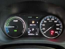 充電残量、ガソリン残量表示がともに見やすいメーターパネル!