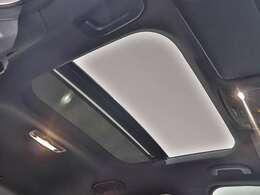 【室内に開放感があふれるサンルーフ】広大な透過面積が、室内に大きな開放感をもたらします。室内温度に影響の少ない耐熱強化ガラスを採用。