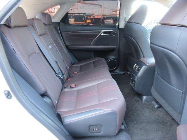全席、ブラックXブラウンカラーの本革シートになります♪ ワンランク上の上質な車内空間を演出してくれます♪