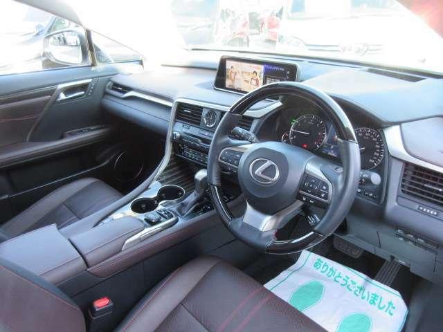 レクサスの快適な車内空間♪ エアコンパネルや、オーディオ操作パネルなど、高級感のあるインテリアとなっております♪