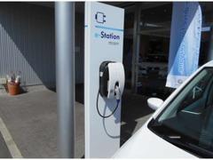 駐車スペースには【充電ステーション】がございます。電気自動車にお乗りの方、近くをお通りの際は、お気軽にご利用下さい!!