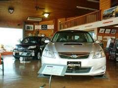 ログハウス調のオシャレなショールームには車両も展示中。各メーカーの新車も取り扱っておりますので、ぜひご相談ください♪