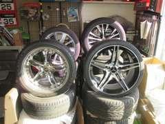 タイヤ、ホイールは各メーカー扱っております。