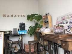 入口には作家さん製作のハンドメイド小物が展示中です。