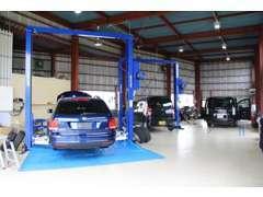 事務所の裏に提携先の認証工場がございます。車検整備、鈑金修理、コーティング、防錆処理等も承ります。