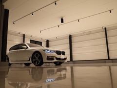 白と黒を基調としたショールームでお時間・天候に関わらず、ごゆっくりとお車をご覧頂けます。
