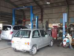 2基のリフトを完備した整備場で安心・安全整備済!車のケアに自信あります。