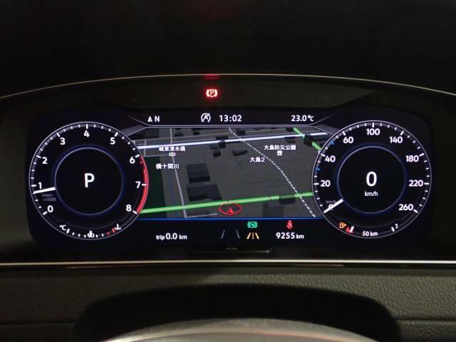 大画面のフルデジタルメータークラスター高解像ディスプレイには速度計タコメーター、好みに合わせて数種類のモードから選択したグラッフィックを表示出来ます。
