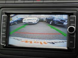 ギヤをリバースに入れると、バックカメラが後方の映像を車内に映し出します。映像にはガイドラインが示され車庫入れや縦列駐車など、車両後退時の安全確保をサポートします。