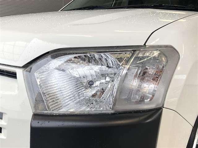 レベライザー付き。乗員や荷物の重量で後方が少し沈んだ時、ライトの照らす方向を修正することが出来ます。対向車にも優しい機能です。