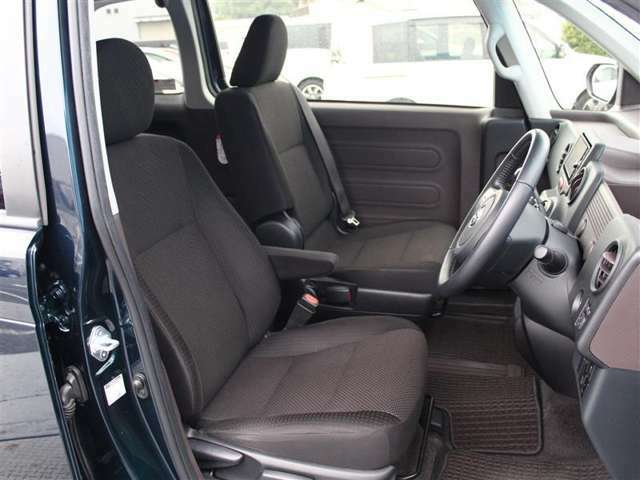 前席は運転席にひじ掛け付!長時間の運転の際に重宝します!