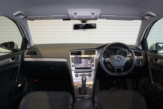 安心の認定中古車保証が付帯されています。更に有償延長保証を追加可能です
