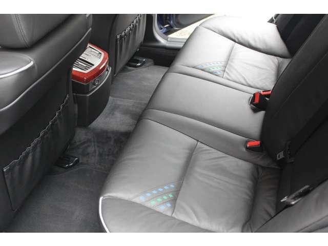 リアシートもブラックレザーシート、前後共に使用感等殆ど無く、禁煙車です。走行距離は僅か23000キロメートルです。詳しくは弊社ホームページをご覧くださいませ。http://www.sunshine-m.co.jp