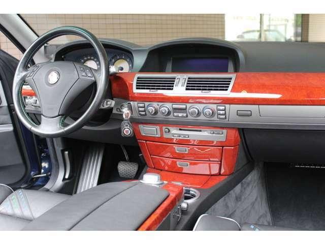 内装はブラックレザーシート、シートヒーター、ウッドパネル、オートエアコン、純正HDDナビ、地デジTV、バックカメラ、ETC、GPSレーダー付です。お問い合わせは全国フリーダイヤル0066-9711-094846までお気軽に。