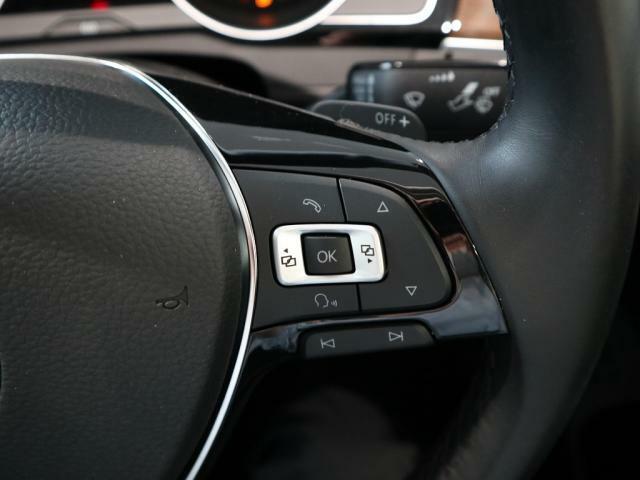 ハンドルの右側のスイッチはメーター内のマルチファンクションインジケーターの操作スイッチです。