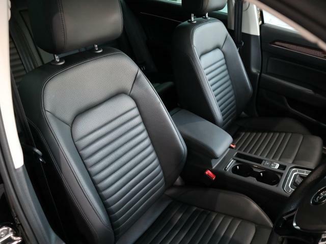 非常に質感の高いHIGHLINEレザーシートはホールド性に優れ長時間の運転でも疲れにくい設計になっております。