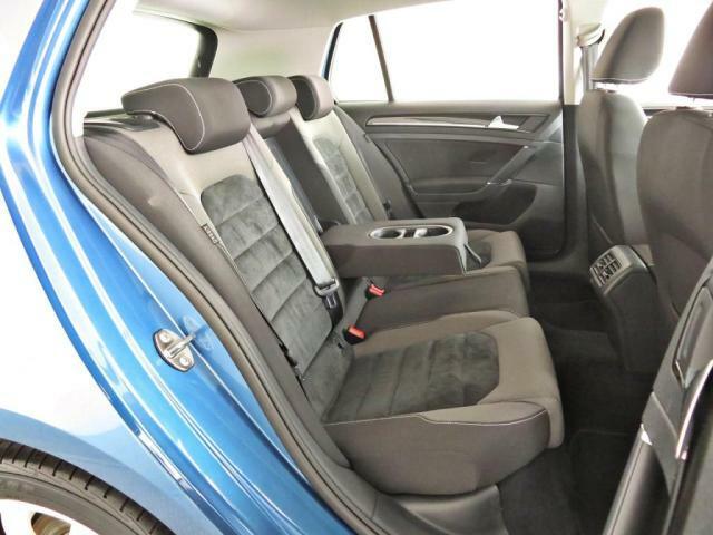 後席のヘッドクリアランスや、ニースペースも十分。ヘッドレストもきちんと3つ備わっており、フル乗車時にも安心感がございます。