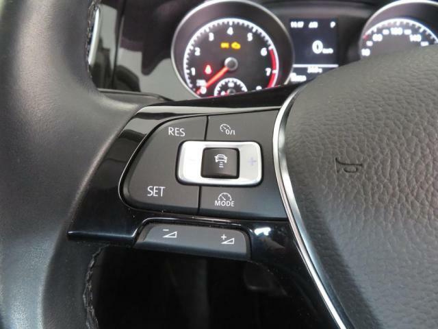ハンドルスイッチ標準装備です。 レーダークルーズで車間調整可能です。 オーディオのボリュームもついてます。