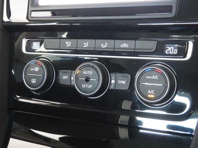 エアコンはフルオートエアコン。運転席側と助手席側で別々の温度設定が可能な2ゾーン式。