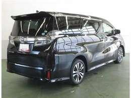 リヤサスペンションは、高級車の定番ダブルウィッシュボーンを採用。優れたコーナリングと乗り心地を実現。