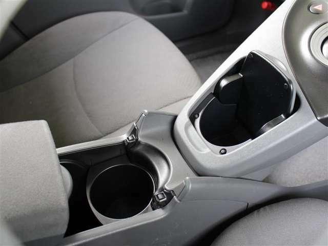 使い勝手の良いセンター部のカップホルダー!よく使う場所にあると便利ですよね。