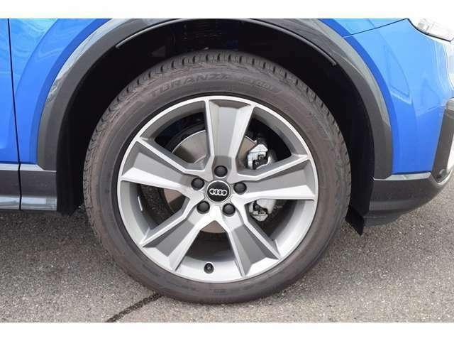 テストドライバーとエンジニアがテスト走行により、車種に応じて選定されたホイールサイズの組み合わせにより、素直なハンドリングりスムーズな乗り味を実現する各車種専用デザインのアルミホイール