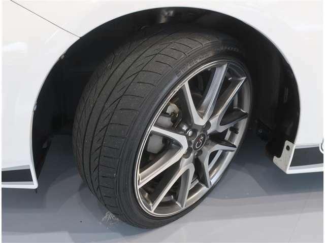 スタイリッシュなアルミホイール、タイヤのサイズは215/40R18です。