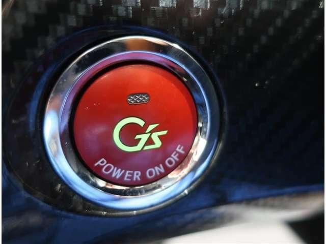 エンジンスタートボタンです。キーが車内にあれば、エンジンの始動・停止はブレーキを踏んでスイッチを押すだけ!キーを取り出す手間を省きワンプッシュでエンジンを操作するので簡単ですね!