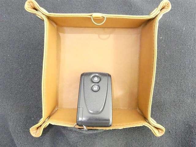 ★スマートキーを携帯していれば、ドアハンドルを握るだけでドアロック解除、ブレーキを踏みながらスタートスイッチを押すだけでエンジンがかけられます。