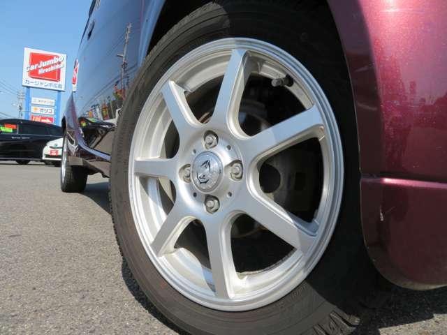 車外の15インチアルミが装着されてます。タイヤはスタッドレスです。安価な夏用タイヤもご準備出来ますのでお気軽にご相談下さい。