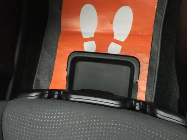 助手席の下にはシューズボックス付きです。小物入れとしてもご利用できます。