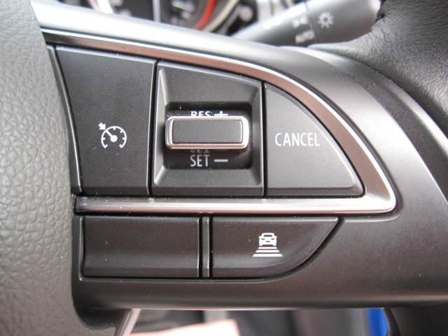 先行車との距離をミリ波レーダーで測定し、車間距離を保ちながら自動的に加速、減速します。車間距離は3段階で(短、中、長)で設定が可能なアダクティブクルーズコントロールです