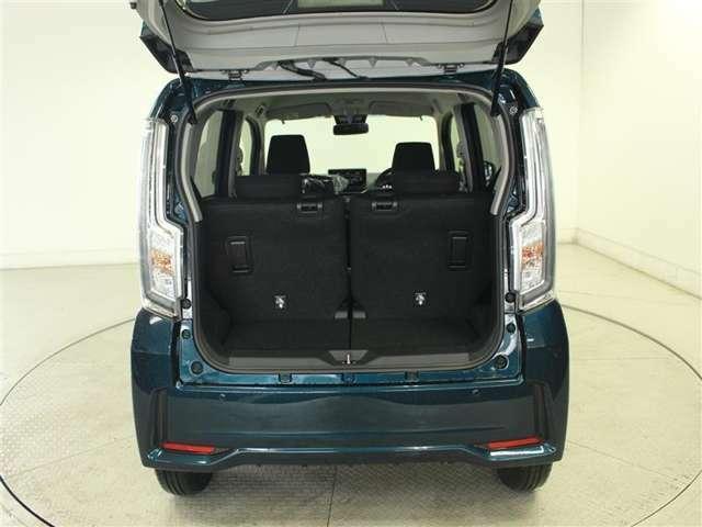 普段使いには十分な広さのラゲッジスペース! 後席を倒せば、より大きな荷物も載せられます!