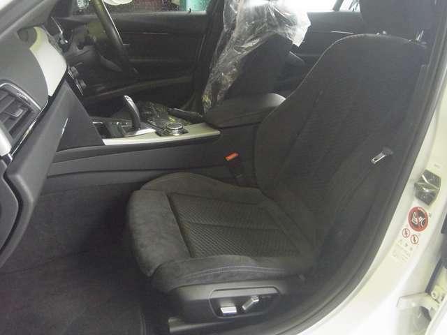 見た目も機能もGoodなハーフアルカンターラのスポーツシートです。前席はパワーシート付きです。運転席側はメモリー機能も付いています。ほど良いサポートと上質な肌触り、そして調整幅の広さが自慢です(^0^)/