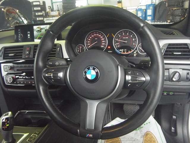 センターコンソールのスイッチパネルが「少し」運転席側に向けられている、BMW伝統のインパネです。手を伸ばせば、自然に各スイッチに手が届くように設計されているんですよ(^-^)v