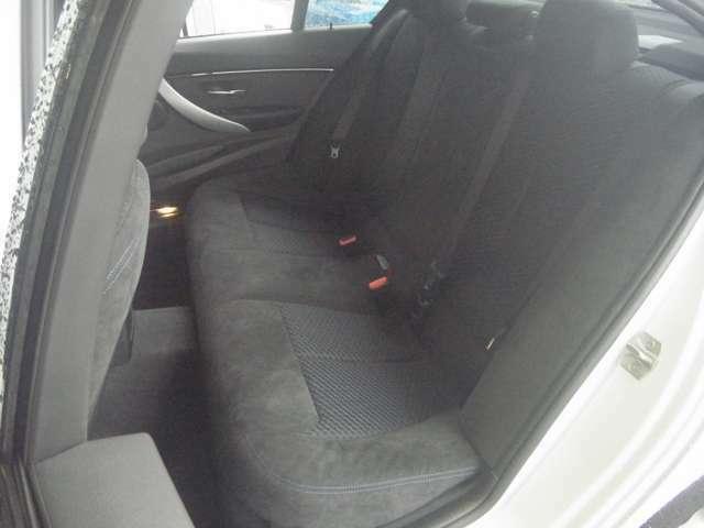 後席も上質なアルカンターラがふんだんに採用されています。使用感少なく、綺麗な状態が保たれています。「エアコン吹き出し口」「センターアームレスト」「カップホルダー」等、装備も充実していますよ!(^0^)/