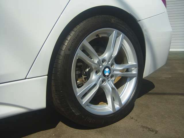 ダブルスポークタイプのMスポーツ純正18インチアルミ装着しています。タイヤはパンクしても一定距離ならそのまま走行可能な「ランフラットタイヤ」が標準装備です。スペアタイヤやパンク修理キットは必要無しです