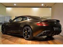 外装はコピブロンズ(ブラウンメタリック)となっており、英国車に相応しいエレガントなお色でございます。