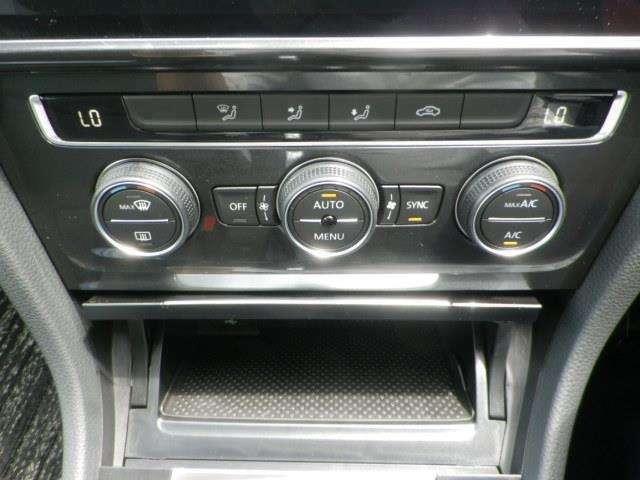 左右独立で温度調節ができるオートエアコンを装着しておりますのでドライブも快適に楽しめます!