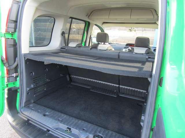 リアシートを倒せばさらに広い収納スペースができます!