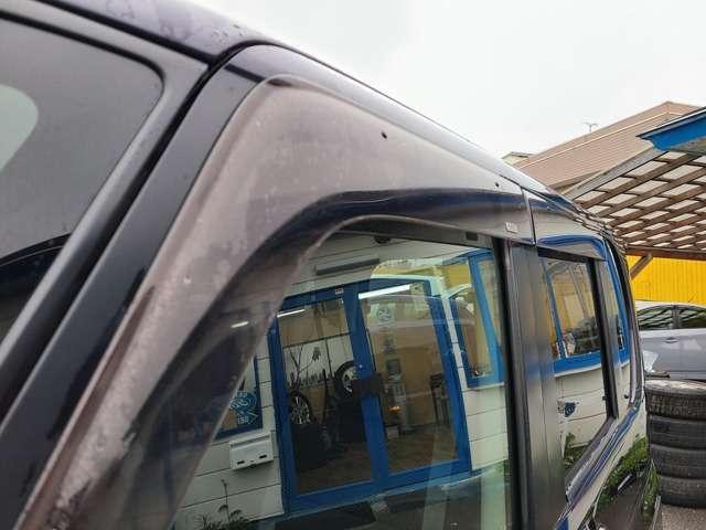 純正のドアバイザー装備なのでフィッティングもOK♪雨の日でも濡れずに室内の換気が行えます♪ついていると便利ですね♪急なお乗り換えの際もご契約からご納車までスピーディに対応させて頂きます♪