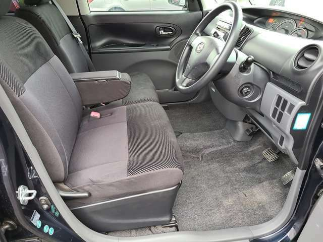 コンパクトなボディからは想像できないほど車内は広々しております♪足元のスペースも十分に確保されており中央にはアームレストがございますのでリラックスした姿勢で運転ができますね♪